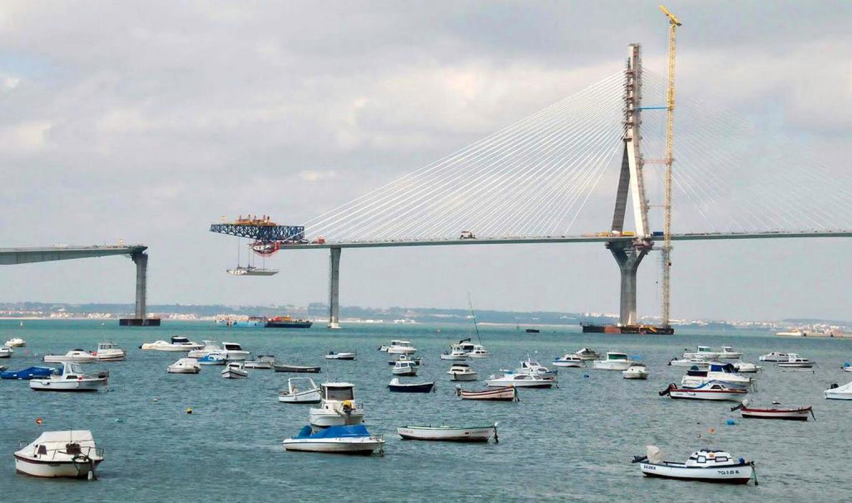 Izado de las últimas dovelas en el nuevo puente de Cádiz